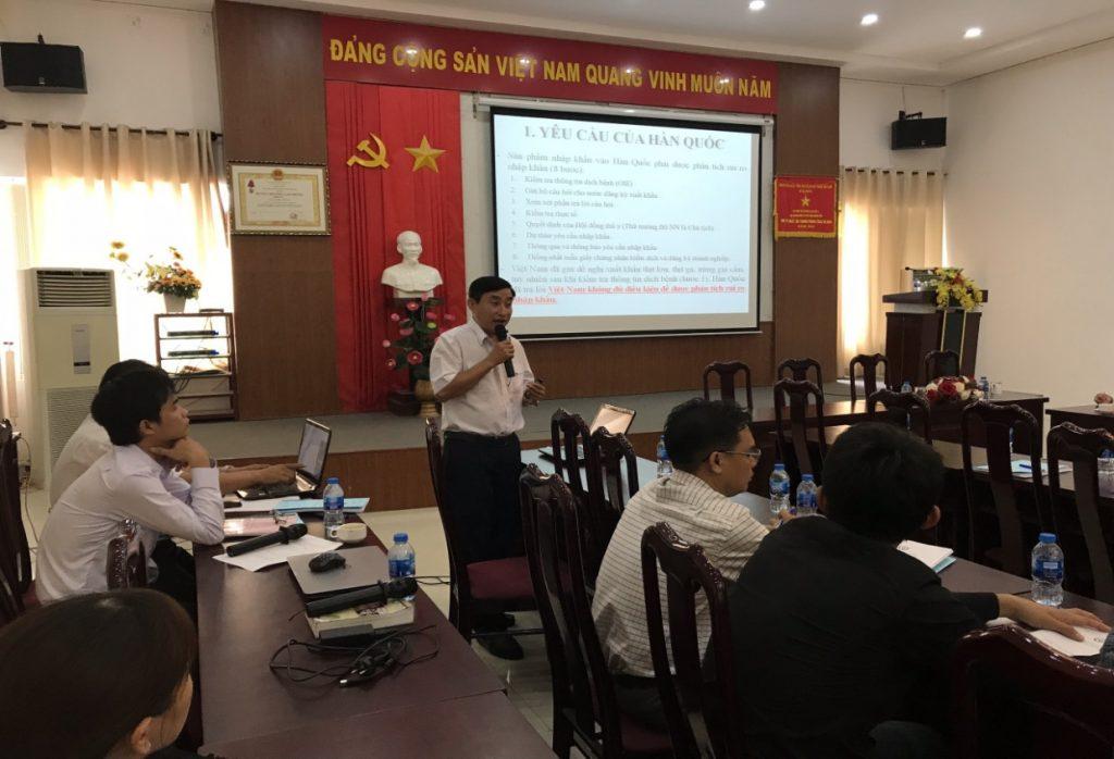 Ông Nguyễn Ngọc Quý, Trưởng phòng Kiểm dịch và Thú y cộng đồng – Chi cục Thú y vùng VI trình bày tại buổi tập huấn